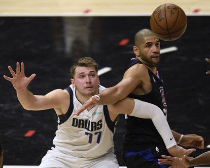 Doncic y Tatum pugnan por un balón en el partido Clippers-Dallas.
