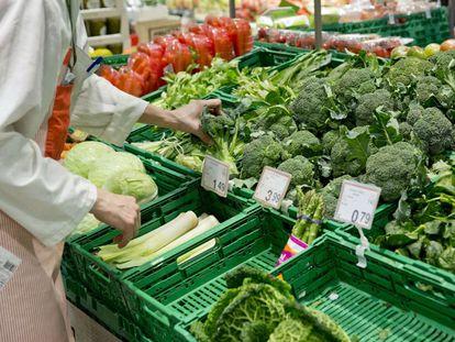 Un puesto de verduras en un supermercado.