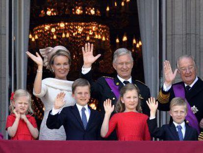 La familia real belga: los actuales reyes, con sus hijos los predecesores en el cargo y la reina Fabiola