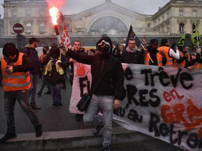 Trabajadores ferroviarios y del servicio metropolitano de transportes se volvieron a manifestar en París este jueves. En vídeo, las protestas explicadas.