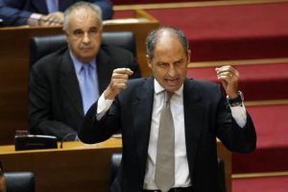 El expresidente Camps y el exconsejero y exportavoz parlamentario del PP Blasco detrás, en las Cortes Valencianas, en 2010.