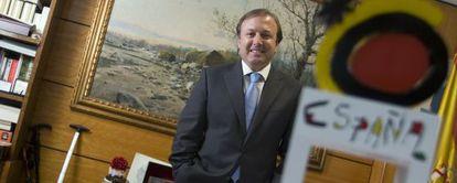 Joan Mesquida, en su despacho, cuando era secretario General de Turismo y Comercio Interior.
