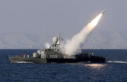 Un barco iraní prueba un misil de medio alcance este domingo en el mar de Omán, cerca del estrecho de Ormuz.