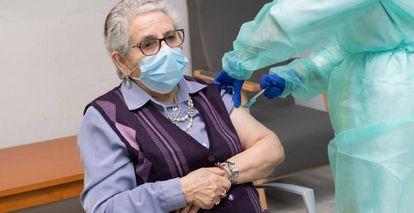 Usuaria de una residencia de Santiago de Compostela recibe la segunda dosis de la vacuna.
