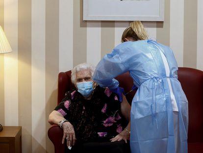 Una enfermera administra a Antonia Gil de 92 años la segunda dosis de la vacuna contra la covid.