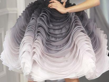 Una modelo viste una prenda diseñada por el modisto británico Bill Gaytten.