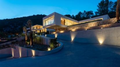 La fachada de una de las mansiones de lujo que vende el promotor inmobiliario mallorquín Carlos Seguí.