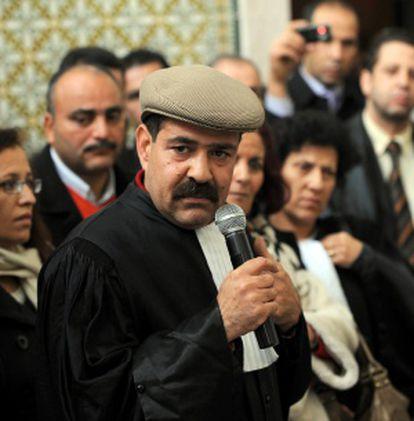 Choukri Belaid interviene en un encuentro con otros abogados en la capital tunecina en diciembre de 2010.