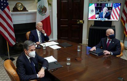 Joe Biden, presidente de Estados Unidos, junto a Antony Blinken, secretario de Estado, y Alejandro Mayorkas, secretario de Seguridad Nacional, durante una reunión virtual con el presidente mexicano, Andrés Manuel López Obrador, el pasado mes de marzo.