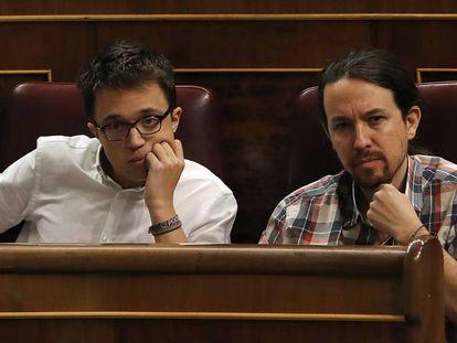 El líder de Podemos, Pablo Iglesias (d) e Íñigo Errejón en el Congreso de los Diputados, en 2016.