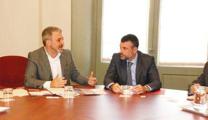 Jaume Collboni (a la izquierda) y Santi Vila, en la primera reunión bilateral de este jueves.