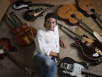 Álvaro Urquijo, cantante y guitarrista de Los Secretos, en su casa de la localidad madrileña de Las Rozas.