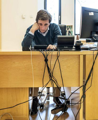 El alcalde de Madrid durante una videoconferencia en su despacho.