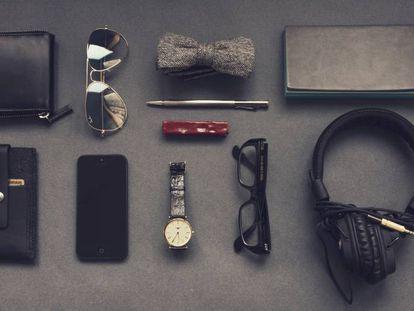 Varios objetos ordenados sobre una mesa.