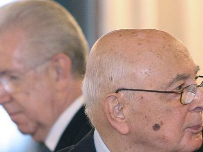 El primer ministro italiano, Mario Monti, (al fondo) y el presidente Giorgio Napolitado, el sábado en el Senado, en Roma.