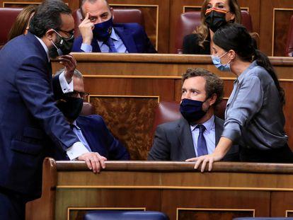 Los diputados de Vox Macarena Olona, José María Sánchez García y el portavoz parlamentario de la formación, Iván Espinosa de los Monteros en la sesión del martes.