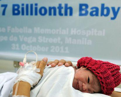 Danica Camacho, junto a su madre en el hospital Memorial José Fabella de Manila (Filipinas)