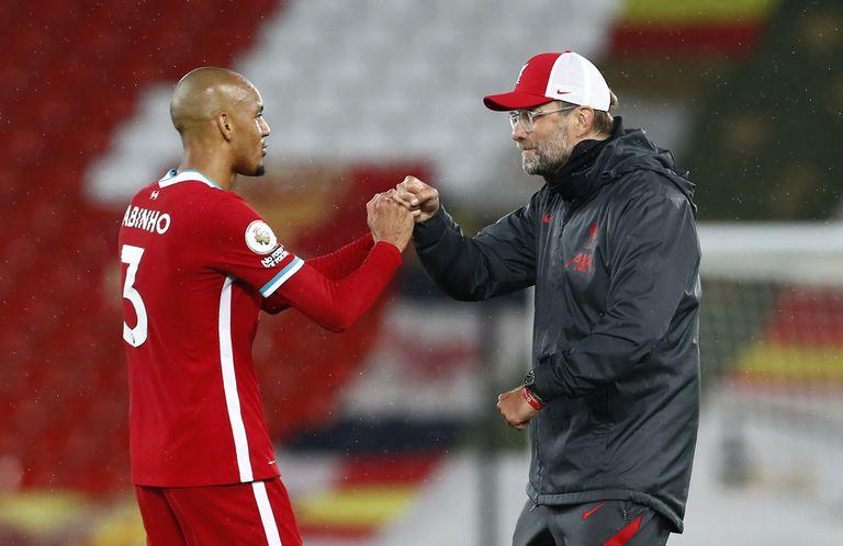 Klopp felicita a Fabinho tras la victoria del Liverpool ante el Arsenal