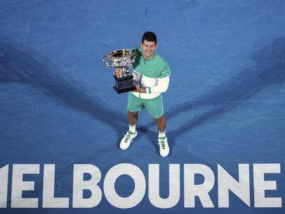 Djokovic posa con el trofeo de campeón de la última edición del Open de Australia.