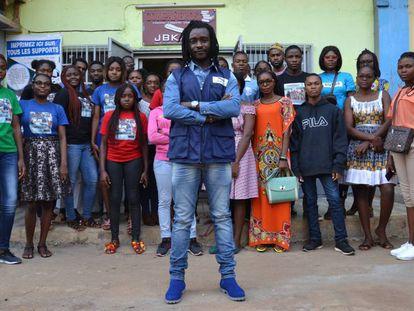 Banderas Kouam con alumnos de español delante de la sede de la academia Compañeros, en Yaundé.