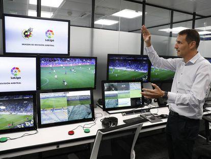 El excolegiado Carlos Clos Gómez explica el funcionamiento de una sala VAR en la Ciudad del Fútbol de Las Rozas.