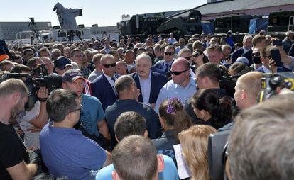 Lukashenko, escoltado por sus guardaespaldas, habla con empleados en la fábrica de tractores de Minsk, el 17 de agosto.