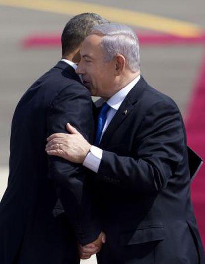 Netanyahu y Obama se saludan a la llegada del último a Israel.
