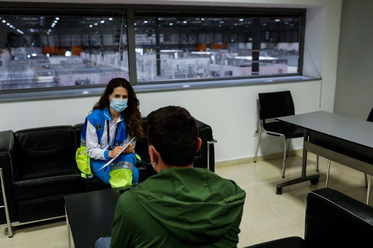 Una psicóloga clínica de apoyo a pacientes y familiares, en el hospital temporal levantado durante la primera ola en Ifema, el pasado abril.