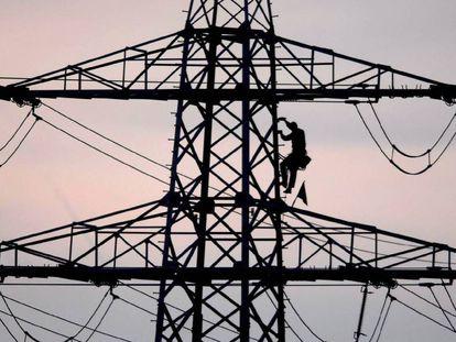 Un trabajador en una torre eléctrica.
