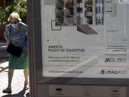 Marquesina de autobuses con publicidad del nuevo plan de rehabilitación del Ayuntamiento de Madrid.