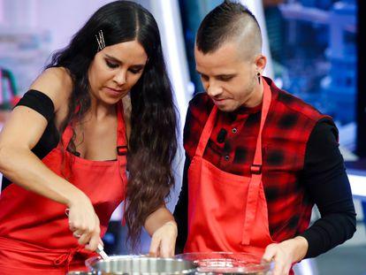 El triestrellado Dabiz Muñoz y Cristina Pedroche, cocinan juntos en un programa de televisión en enero de 2019.