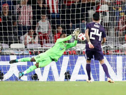 Enzo Pérez falla el penalti decisivo ante el portero Khalid Eisa.