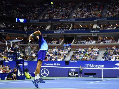 Djokovic sirve durante un partido en la Pista Arthur Ashe de Nueva York.