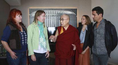 Víctimas de abusos por parte de maestros budistas posan junto al Dalai Lama, tras presentar el informe #MeTooGuru.