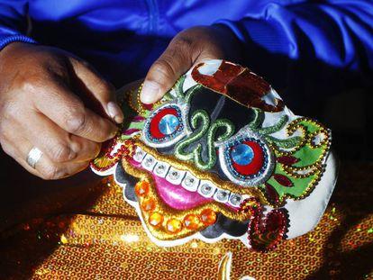 Las mascarillas están hechas de tela y encima llevan los hilos dorados típicos de las máscaras originales de la Diablada, incrustaciones y el rostro que representa a una deidad prehispánica.