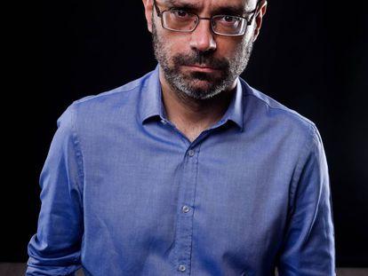 El escritor Hernán Migoya, que acaba de publicar 'Baricentro', mira al objetivo con cara de circunstancia.