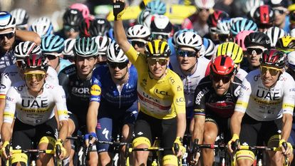 El ganador del Tour, Tadej Pogacar, levanta el brazo en un momento de la última etapa.