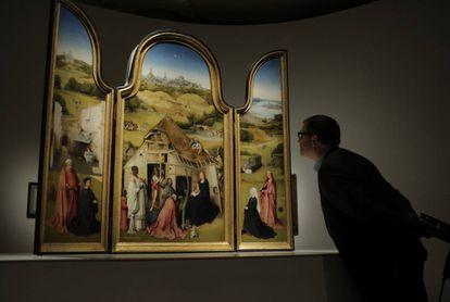 Un visitante observa 'La adoración de los Magos'.
