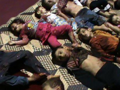Imagen facilitada a France Presse por un portal opositor al régimen de El Asad con cadáveres de víctimas infantiles en la matanza de Hula (centro de Siria).