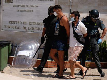 Dos residentes del CETI son detenidos por la guardia civil tras protagonizar disturbios dentro del centro.