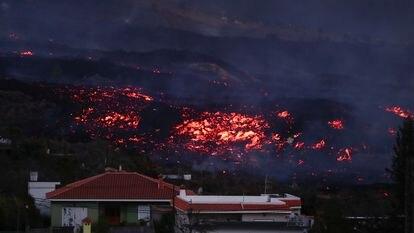 La lava acecha varias viviendas en el municipio de Los Llanos de Aridane, el miércoles.