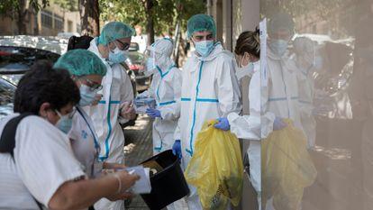 Sanitarios hacen test PCR puerta a puerta en un bloque de viviendas de Ripollet (Barcelona) donde hay transmisión de covid-19