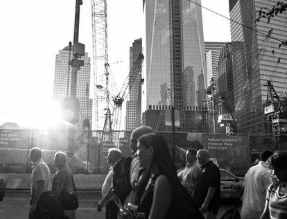 La vida se ha ido normalizando poco a poco en esta década transcurrida. Permanece un hueco en el horizonte y heridas en muchas familias y en la tierra, el Ground Zero, donde aún se construye.