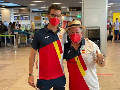 El marchador Álvaro Martín y su entrenador, José Antonio Carrillo, camino de Japón.