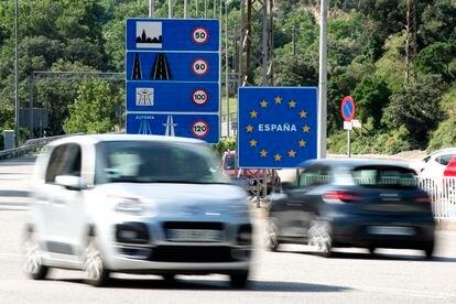 Dos coches se cruzan en la frontera de La Junquera entre España y Francia.