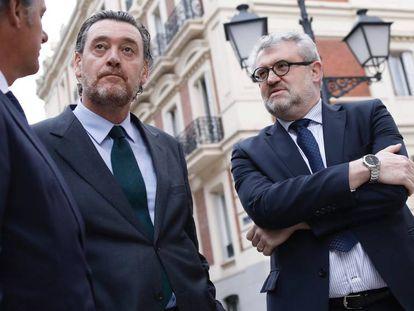 El director del Museo del Prado Miguel Zugaza (c), junto al que será su sucesor Miguel Falomir (i) en su último acto público en el cargo, este lunes.