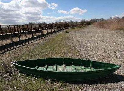 Una barca en una antigua zona de lagunas en las Tablas de Daimiel.