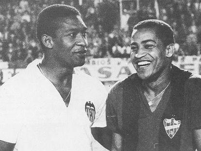 Waldo, del Valencia, y Wanderley, del Levante, en un partido de los años 60.