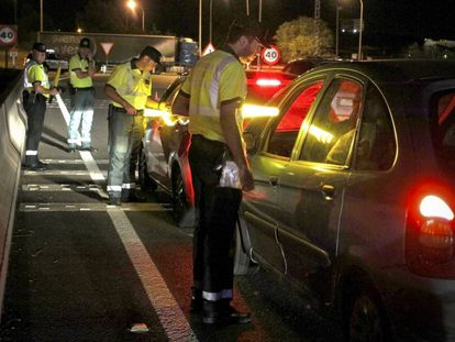 Un control de alcoholemia y drogas en la carretera M-100, junto a Algete (Madrid).