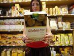 Anabel Durán, celíaca, enseña un producto sin gluten en un establecimiento para celiacos de la calle de Lanuza.